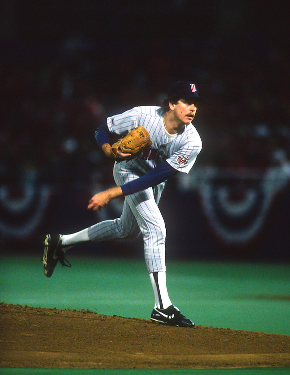 ST. LOUIS, MO-OCTOBER 1987: Minnesota Twins pitcher Frank Viola pitches against the St. Louis Cardinals during the 1987 World Series at Busch Stadium in St. Louis, Missouri, earning the 1987 World Series Most Valuable Player award.  Viola pitched for the Twins from 1982-1989.  (Photo by Ron Vesely)