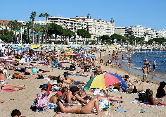 Frankrijk, Cannes, 30-8-2006..Mensen aan het strand. Op de achtergrond het Carlton inter continental hotel aan de Croisette...Foto: Flip Franssen/Hollandse Hoogte