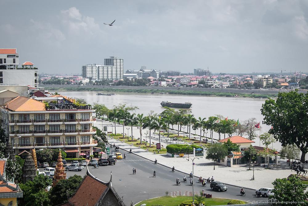 """Aussicht auf den Fluss Tonle Sap und den Sisowath Quai, an dem sich zahlreiche Restaurants, Bars und Hotels befinden. Vorne links im Bild ist das Hotel Amanjaya Pancam mit der """"Le Moon""""  Bar, welche als die schönste Rooftop-Bar in Phnom Penh gilt."""