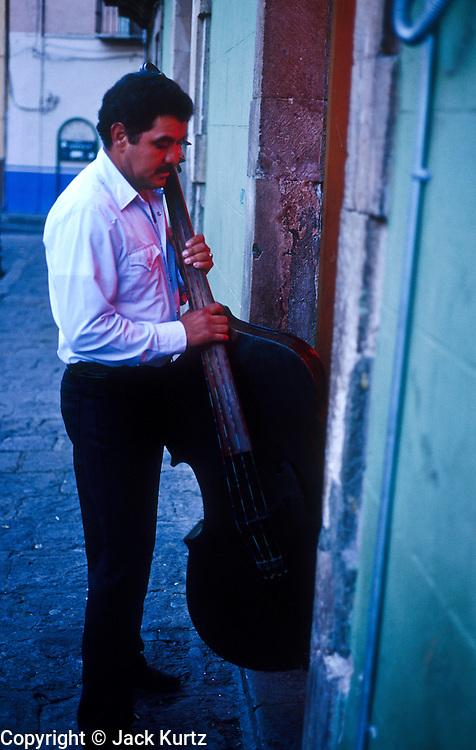 16 JANUARY 2002, GUANAJUATO, GUANAJUATO, MEXICO: A musician steps into a pizzeria in Plaza de Baratillo in the city of Gunajuato, state of Guanajuato, Mexico, Jan. 16, 2002.   PHOTO BY JACK KURTZ