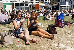 © Licensed to London News Pictures. 30/08/2016. LONDON, UK.  Office workers enjoying their lunchbreak in the sunshine in Moorgate in the City of London today. Another mini heatwave and spell of hot weather is forecast for this week.  Photo credit: Vickie Flores/LNP