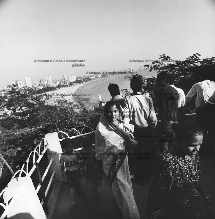 Panoramica su Marine Drive &ndash;Mumbay- dal parco di Hanging Gardens. Una Donna mi guarda mentre fotografo<br />