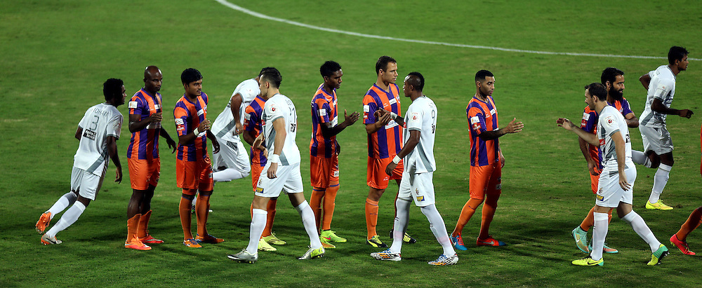 FC Pune City players and Atl?tico de Kolkata players shakes hand during the  match 44 of the Hero Indian Super League between FC Pune City and Atletico de Kolkata FC held at the Shree Shiv Chhatrapati Sports Complex Stadium, Pune, India on the 29th November 2014.<br /> <br /> Photo by:  Sandeep Shetty/ ISL/ SPORTZPICS