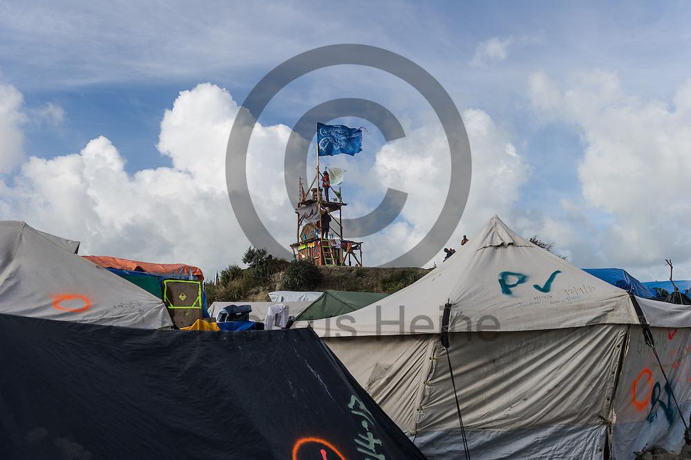 Calais, Frankreich - 17.10.2016<br /> Eine Fahne weht im Dschungel von Calais auf einem Turm. Das Fluechtlingscamp an der Kueste zum Aermelkanal soll laut franz&ouml;sischer Regierung in den n&auml;chsten Tagen geraeumt werden. In dem Camp leben um die 1000 Fluechtlinge und warten auf die Moeglichkeit zur Weiterreise durch den Eurotunnel nach Gro&szlig;britannien. Photo: Foto: Markus Heine / heineimaging<br /> <br /> Calais, France - 2016/10/17<br /> A flag waves in the Calais Jungle on top of a tower. The refugee camp on the coast to the English Channel is to be cleared in the next few days, according to the French government. In the camp live around the 1000 refugees and wait for the possibility to travel further through the Eurotunnel to the UK. Photo: Foto: Markus Heine / heineimaging<br /> <br /> ------------------------------<br /> <br /> Ver&ouml;ffentlichung nur mit Fotografennennung, sowie gegen Honorar und Belegexemplar.<br /> <br /> Bankverbindung:<br /> IBAN: DE65660908000004437497<br /> BIC CODE: GENODE61BBB<br /> Badische Beamten Bank Karlsruhe<br /> <br /> USt-IdNr: DE291853306<br /> <br /> Please note:<br /> All rights reserved! Don't publish without copyright!<br /> <br /> Stand: 10.2016<br /> <br /> ------------------------------