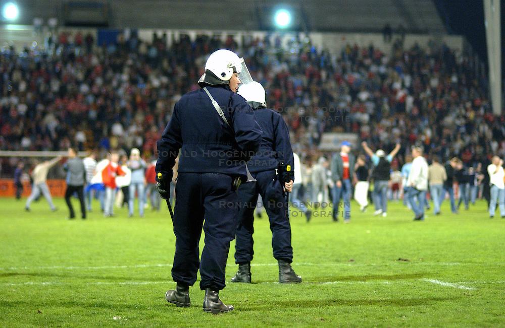 15-04-2003 VOETBAL: FC UTRECHT - PSV: UTRECHT<br /> Halve finale amstelcup wordt door Utrecht met 2-1 gewonnen / Utrecht support op het veld, vlaggen ME politie rellen<br /> ©2003 Ronald Hoogendoorn Photography