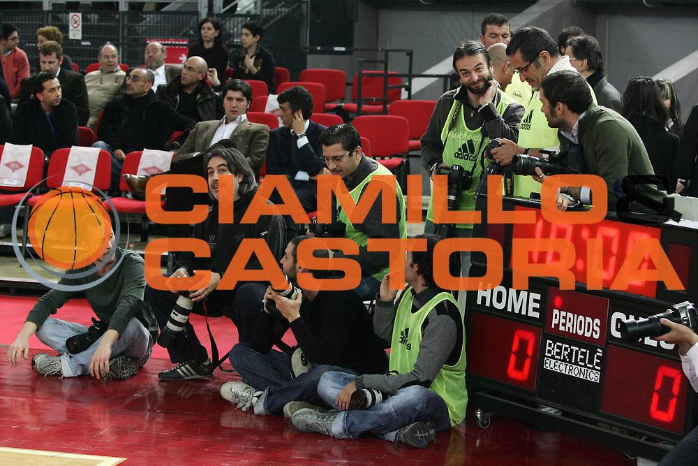 DESCRIZIONE : Roma Eurolega Top 16 2007-08 Lottomatica Virtus Roma Axa FC Barcellona <br /> GIOCATORE : Fotografi<br /> SQUADRA :<br /> EVENTO : Eurolega Top 16 2007-2008 <br /> GARA : Lottomatica Virtus Roma Axa FC Barcellona<br /> DATA : 12/03/2008 <br /> CATEGORIA : Before<br /> SPORT : Pallacanestro <br /> AUTORE : Agenzia Ciamillo-Castoria/A.De Lise<br /> Galleria : Eurolega 2007-2008 <br /> Fotonotizia : Roma Eurolega 2007-2008 Top 16 Lottomatica Virtus Roma Axa FC Barcellona <br /> Predefinita :