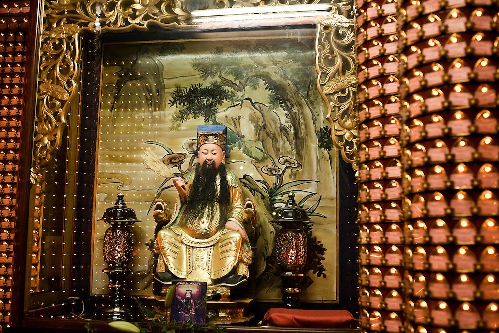 """Le dieu de la fortune Caisheng dans le temple bouddhique de Longshan. Pour les croyants taiwanais et chinois, le coexistence de plusieurs divinités issues de croyances différentes n'est pas un problème. """"C'est la même sous différentes formes"""" dit l'une des fidèles."""