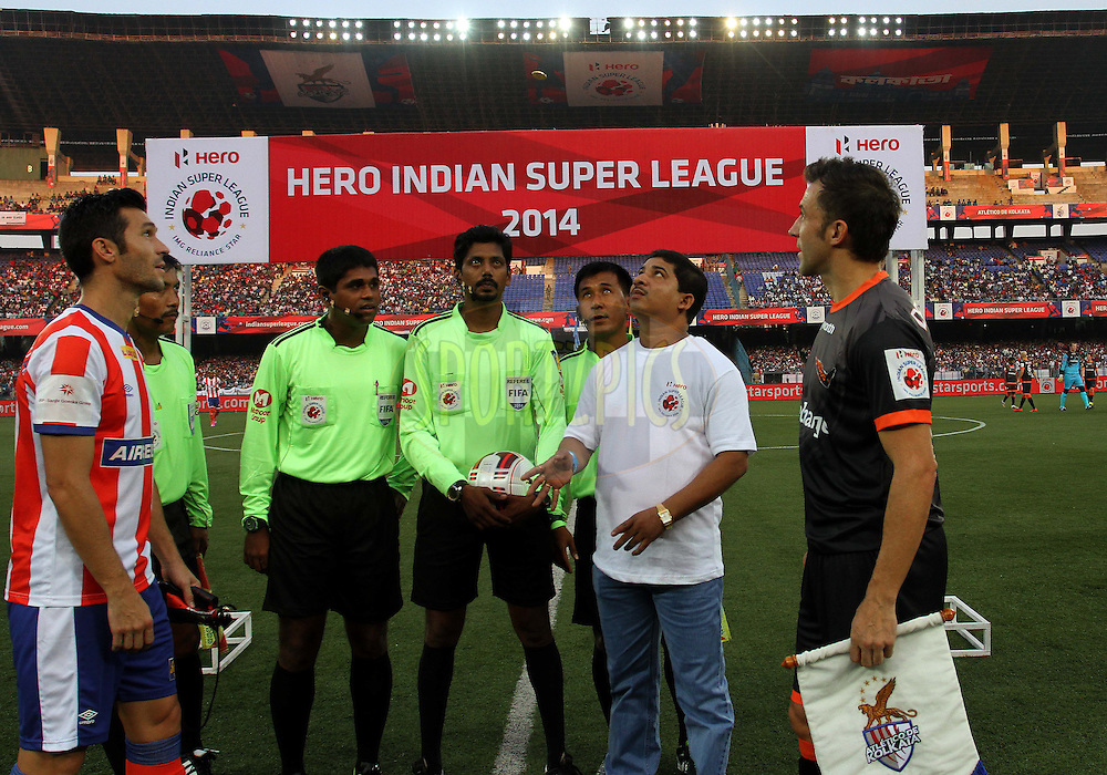 Atletico de Kolkata captain Luis Javier Garcia Sanz and Alessandro Del Piero of Delhi Dynamos FC during the toss of the match 7 of the Hero Indian Super League between Atletico de Kolkata and Delhi Dynamos held at the Salt Lake Stadium in Kolkata, West Bengal, India on the 19th October 2014.<br /> <br /> Photo by:  Vipin Pawar/ ISL/ SPORTZPICS