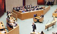 Nederland. Den Haag, 26 oktober 2010.<br /> De Tweede Kamer debatteert over de regeringsverklaring van het kabinet Rutte.<br /> PVV leider Geert Wilders loopt terug naar zijn stoel na een interruptie debat met PvdA leider Job Cohen.<br /> Kabinet Rutte, regeringsverklaring, tweede kamer, politiek, democratie. regeerakkoord, gedoogsteun, minderheidskabinet, eerste kabinet Rutte, Rutte1, Rutte I, debat, parlement<br /> Foto Martijn Beekman