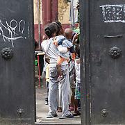 Quasi 800 profughi di cui più di 100 bambini vengono ospitati nella struttura di accoglienza Baobab di Via Cupa a Roma. La struttura può accogliere circa 220 migranti. La porta di ingresso al Centro Baobab