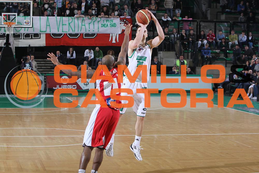 DESCRIZIONE : Treviso Lega A 2011-12 Benetton Treviso Scavolini Siviglia Pesaro<br /> GIOCATORE : Jeff Viggiano<br /> SQUADRA : Benetton Treviso Scavolini Siviglia Pesaro<br /> EVENTO : Campionato Lega A 2011-2012 <br /> GARA : Benetton Treviso Scavolini Siviglia Pesaro<br /> DATA : 07/03/2012<br /> CATEGORIA : Tiro<br /> SPORT : Pallacanestro <br /> AUTORE : Agenzia Ciamillo-Castoria/G.Contessa<br /> Galleria : Lega Basket A 2011-2012 <br /> Fotonotizia : Treviso Lega A 2011-12 Benetton Treviso Scavolini Siviglia Pesaro<br /> Predfinita :