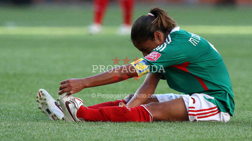 27.06.2011, Arena im Allerpark Wolfsburg , Wolfsburg ,  GER, FIFA Women Worldcup 2011, Gruppe B ,   Mexico (MEX) vs. England (ENG). im Bild Maribel Dominguez  (MEX) mit Krampf am Boden  during the FIFA Women Worldcup 2011, Pool B, Mexico vs England on 2011/06/26, Arena im Allerpark , Wolfsburg, Germany.  .EXPA Pictures © 2011, PhotoCredit: EXPA/ nph/  Hessland       ****** out of GER / SWE / CRO  / BEL ******
