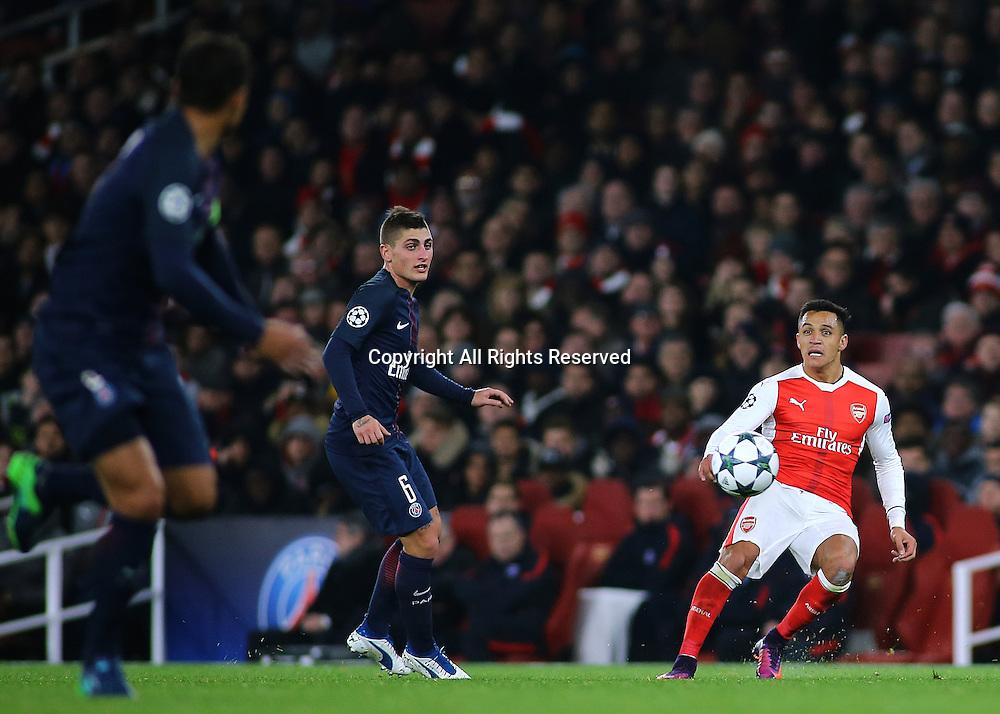 23.11.2016. Emirates Stadium, London, England. UEFA Champions League Football. Arsenal versus Paris Saint Germain. Arsenal Forward Alexis Sánchez crosses into the PSG area.