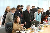 11 OCT 2002, BERLIN/GERMANY:<br /> Annemarie Luetkes, B90/Gruene, Ministerin f. Justiz und Familie Schleswig-Holstein, Fritz Kuhn, B90/Gruene Bundesvorsitzender, Kerstin Mueller,  B90/Gruene Fraktionsvorsitzende, Joschka Fischer,  B90/Gruene, Bundesaussenminister, und Claudia Roth,  B90/Gruene Bundesvorsitzende, (v.L.n.R.), vor Beginn einer Verhandlungsrunde der Koalitionsverhandlungen zwischen SPD und Buendnis 90 / Die Gruenen, Willy-Brandt-Haus<br /> IMAGE: 20021011-02-007<br /> KEYWORDS: Kerstin Müller, Annemarie Lütkes