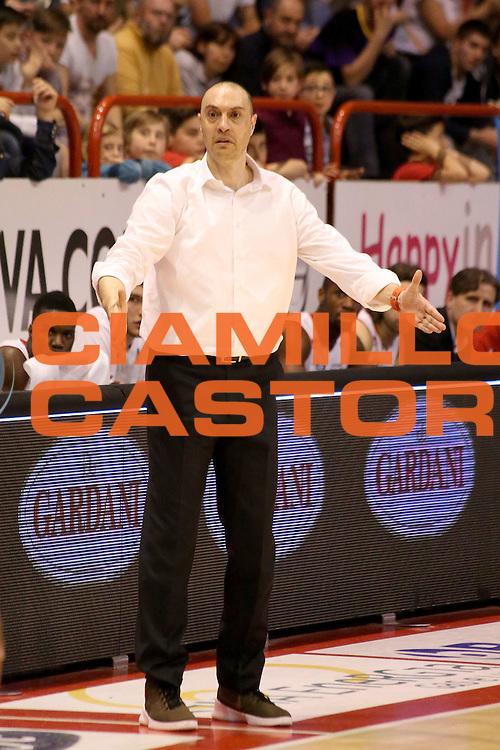 DESCRIZIONE : Campionato 2015/16 Giorgio Tesi Group Pistoia Obiettivo Lavoro Bologna<br /> GIOCATORE : Esposito Vincenzo<br /> CATEGORIA : Allenatore Coach Delusione Mani<br /> SQUADRA : Giorgio Tesi Group Pistoia<br /> EVENTO : LegaBasket Serie A Beko 2015/2016<br /> GARA : Giorgio Tesi Group Pistoia - Obiettivo Lavoro Bologna<br /> DATA : 10/04/2016<br /> SPORT : Pallacanestro <br /> AUTORE : Agenzia Ciamillo-Castoria/S.D'Errico<br /> Galleria : LegaBasket Serie A Beko 2015/2016<br /> Fotonotizia : Campionato 2015/16 Giorgio Tesi Group Pistoia - Obiettivo Lavoro Bologna<br /> Predefinita :
