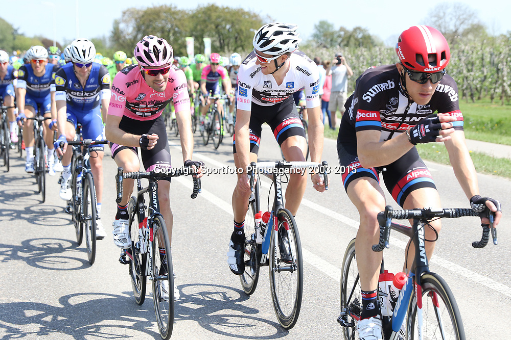 07-05-2016: Wielrennen: Giro: Nijmegen<br />NIJMEGEN (NED) wielrennen <br />Tussen Arnhem en Nijmegen reden de renners de eerste etappe van de 99e Giro Italia. Tom Dumoulin overlegt met Tobias Ludvigsson hoe de achtervolging riustig te laten verlopen
