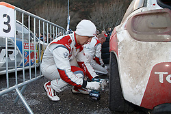 17.01.2014, Reifen Service, Sisteron, FRA, FIA, WRC, Monte Carlo, 2. Tag, im Bild MEEKE Kris ( CITROEN TOTAL ABU DHABI WRT (FRA) / CITROEN DS3 ) wechselt die Reifen an seinem Fahrzeug during day two of FIA Rallye Monte Carlo held near Monte Carlo, France on 2014/01/17. EXPA Pictures © 2014, PhotoCredit: EXPA/ Eibner-Pressefoto/ Neis<br /> <br /> *****ATTENTION - OUT of GER*****