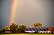Nederland, Groesbeek, 21-9-2018Een mooie en heldere regenboog . Kleuren van de regenboog. De boerderij, boerenschuur, heeft zonnepanelen op het dak en vormt een symbolisch geheel met de regeboog.Foto: Flip Franssen