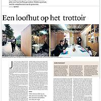 Tekst en beeld zijn auteursrechtelijk beschermd en het is dan ook verboden zonder toestemming van auteur, fotograaf en/of uitgever iets hiervan te publiceren <br /> <br /> Trouw 23 september 2013: loofhuttenfeest op straat in Amsterdam-Zuid