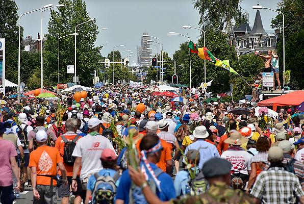 Nederland, Nijmegen, 18-7-2014Het vierdaagselegioen loopt over de Via Gladiola Nijmegen binnen. Na een feestelijke intocht volgt de uiteindelijke finish en het ophalen van het kruisje, vierdaagsekruisje, op de Wedren. Iedere deelnemer  krijgt een bloem, gladiool, uitgerijkt. Vanwege de vliegramp boven de Oekraine is de intocht sterk versoberd. Geen marsmuziek of muziek van groepen.The International Four Day Marches Nijmegen is the largest marching event in the world. It is organized every year in Nijmegen mid-July as a means of promoting sport and exercise. Participants walk 30, 40 or 50 kilometers daily, and on completion, receive a royally approved medal, Vierdaagsekruis. The participants are mostly civilians, but there are also a few thousand military participants. In 2004 a restriction on the maximum number of registrations is set to 45,000. More than a hundred countries have been represented in the Marches over the years. Because of the crash of the malaysian airliner, plane over the Ukraine all festivities have been sobered.Foto: Flip Franssen/Hollandse Hoogte