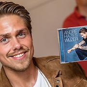 NLD/Amsterdam/20170519 - Andre Hazes Jr. verkoopt zijn cd Wijzer aan fans vanuit een popup winkel