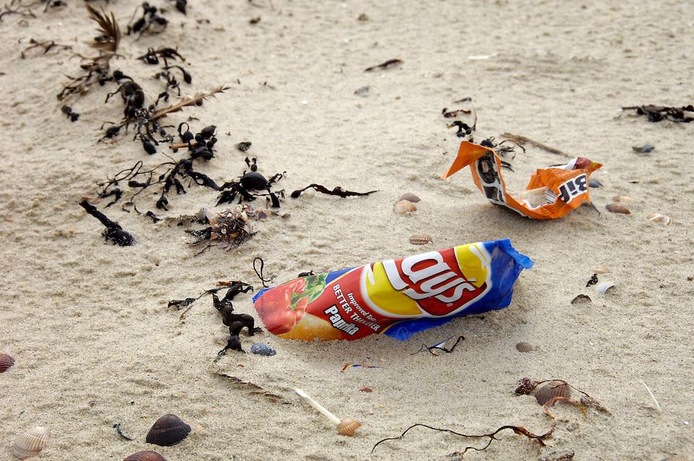 Nederland, Vrouwenpolder, 15 aug 2007.Rommel op het strand. zwerfvuil, zwerfafval. weggegooide verpakkingen ..Foto (c): Michiel Wijnbergh