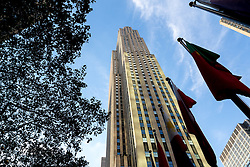 THEMENBILD - Das Rockefeller Center ist ein Gebaeudekomplex aus 19 Geschäftsgebäuden zwischen der 48th und der 51st Street in New York City. Beauftragt von der Rockefeller Familie steht es in Midtown Manhattan und nimmt das Gebiet zwischen Fifth Avenue und Sixth Avenue ein, im Bild ist die Sued-Ost Seite des 30 Rockefeller Center, Aufgenommen am 08. August 2016 // Rockefeller Center is a complex of 19 commercial buildings between 48th and 51st Streets in New York City. Commissioned by the Rockefeller family, it is located in the center of Midtown Manhattan, spanning the area between Fifth Avenue and Sixth Avenue. This picture shows the south east side of the 30 Rockefeller Center, New York City, United States on 2016/08/08. EXPA Pictures © 2016, PhotoCredit: EXPA/ Sebastian Pucher