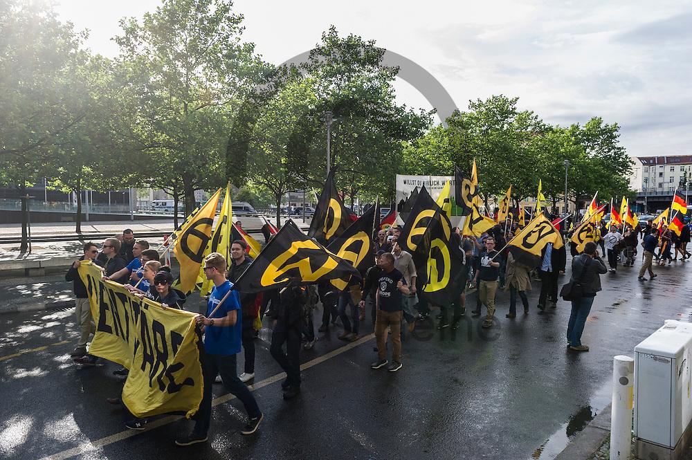 Die Demonstration der rechtsextremen Identit&auml;ren Bewegung am 17.06.2016 in Berlin, Deutschland. Mehre hundert Menschen demonstrierten gegen den ersten Marsch der rechtsextremen Identit&auml;ren Bewegung in Deutschland. Foto: Markus Heine / heineimaging<br /> <br /> ------------------------------<br /> <br /> Ver&ouml;ffentlichung nur mit Fotografennennung, sowie gegen Honorar und Belegexemplar.<br /> <br /> Bankverbindung:<br /> IBAN: DE65660908000004437497<br /> BIC CODE: GENODE61BBB<br /> Badische Beamten Bank Karlsruhe<br /> <br /> USt-IdNr: DE291853306<br /> <br /> Please note:<br /> All rights reserved! Don't publish without copyright!<br /> <br /> Stand: 06.2016<br /> <br /> ------------------------------