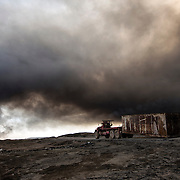En quittant la r&eacute;gion de Qayyarah (Nord de l'Irak) en ao&ucirc;t 2016, les troupes de Daesh ont incendi&eacute; 25 puits de p&eacute;trole. Depuis, les pompiers irakiens travaillent tous les jours pour &eacute;teindre ces gigantesques feux qui &eacute;mettent d'&eacute;paisses colonnes de fum&eacute;e noire et toxique. Irak, Qayarrah, 6 f&eacute;vrier 2017.<br /> Leaving the Qayyarah region (Northern Iraq) in August 2016, Daesh's troops set fire to 25 oil wells. Since then, Iraqi firefighters have been working daily to extinguish these gigantic fires that emit thick columns of black and toxic smoke. Iraq, Qayarrah, February the 6th 2017.