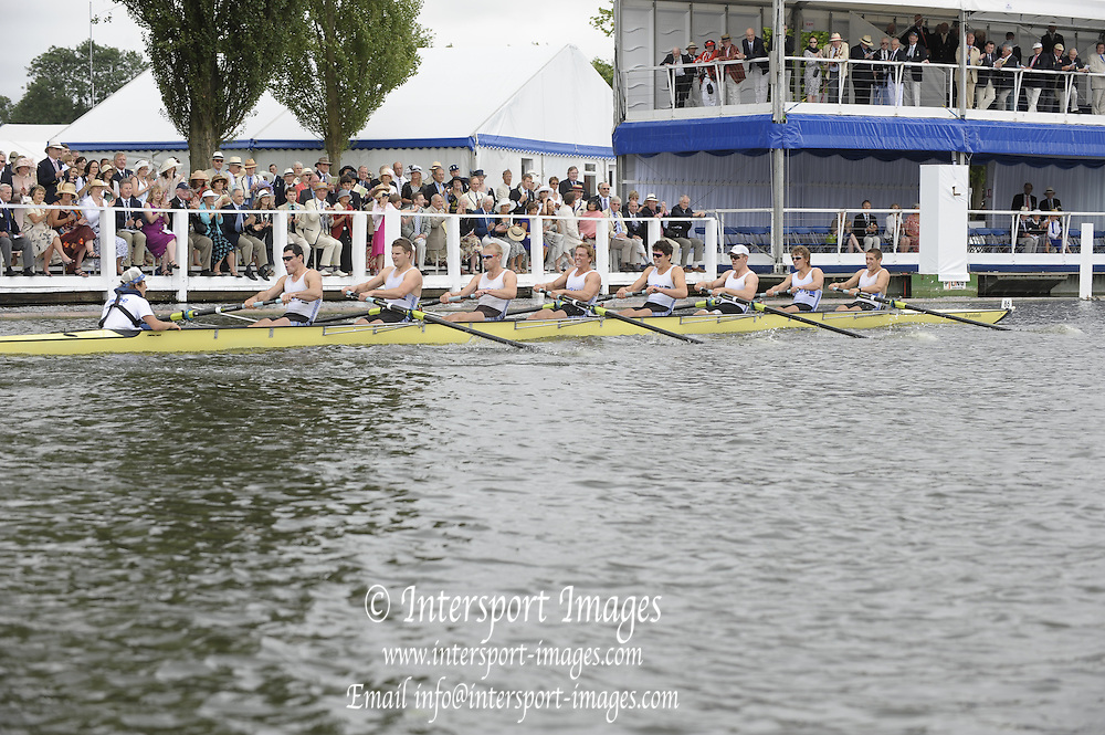 Henley, Great Britain.  Melbourne University, during the closing stage of the heat in the  Temple Challenge Cup  2009 Henley Royal Regatta Friday 03/07/2009 at  [Mandatory Credit. Peter Spurrier/Intersport Images] . HRR.