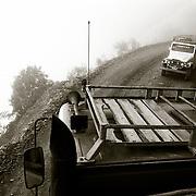 Un veh&Igrave;culo desobedeciendo la normativa circula en direcci&Ucirc;n<br /> contraria fuera del horario establecido.Carretera de los Yungas.Bolivia. Foto : JORDI CAMI