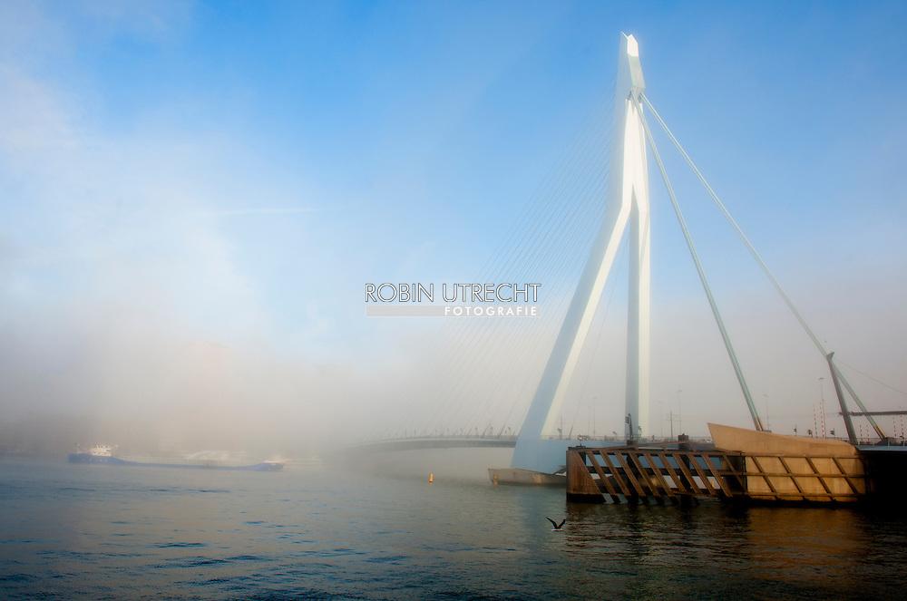ROTTERDAM - De erasmusbrug in de mist . COPYRIGHT ROBIN UTRECHT