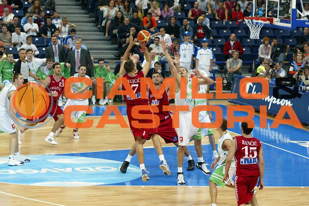 DESCRIZIONE : Belgrado Belgrade Eurobasket Men 2005 Croazia Slovenia<br /> GIOCATORE : Vujcic<br /> SQUADRA : Croazia Croatia<br /> EVENTO : Eurobasket Men 2005 Campionati Europei Uomini 2005<br /> GARA : Croazia Slovenia Croatia Slovenia<br /> DATA : 24/09/2005<br /> CATEGORIA :<br /> SPORT : Pallacanestro<br /> AUTORE : Ciamillo&amp;Castoria/Fiba Europe Pool