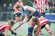 AMSTELVEEN -  Margot Zuidhof (Hurley) met Julia Verschoor (HDM) en Mila Muyselaar (HDM)  .Hoofdklasse competitie dames, Hurley-HDM (2-0) . FOTO KOEN SUYK