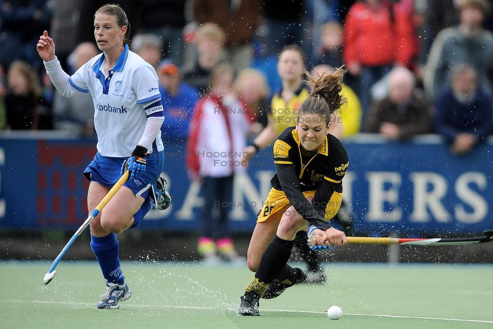 01-05-2010 HOCKEY: KAMPONG - DEN BOSCH: UTRECHT <br /> Kampong verliest de eerste wedstrijd in de play-offs met 1-0 van Den Bosch / <br /> Emilie Mol en Belle van Meer<br /> &copy;2010-WWW.FOTOHOOGENDOORN.NL