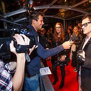 NLD/Amsterdam/20130108 - Premiere Bad Grandpa, Johnny Knoxville met hand in spalk en biertje word geinterviewd