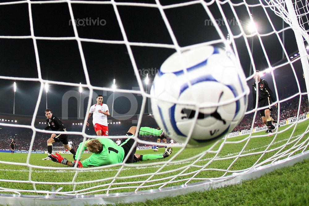 Fussball International Testspiel  Schweiz - Oesterreich Tor zum 2-0 durch Hakan Yakin (SUI,mitte hinten); AUT Torwart Alexander Manninger (re) machtlos