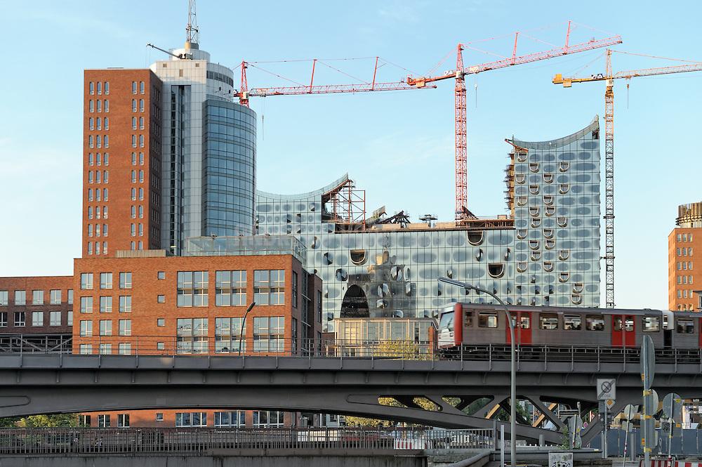 An der Elbphilharmonie und dem Hanseatic-Trade-Center fährt die Hoch-Bahn auf der renovierten Brücke vorbei.