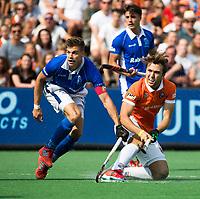 BLOEMENDAAL  -  Manu Stockbroekx (Bldaal) met Sander de Wijn (Kampong)   tijdens de EHL finale  Kampong-Bloemendaal  .   COPYRIGHT  KOEN SUYK
