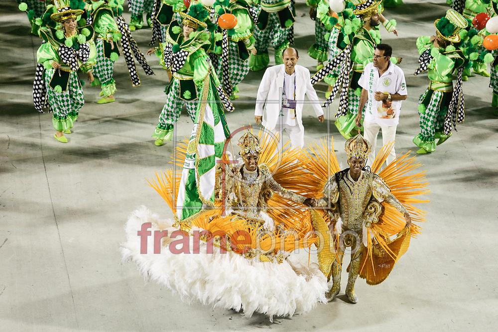 Rio de Janeiro, RJ &ndash; 14/02/2015 &ndash; Mestre-Sala e Porta-Bandeira&nbsp;Mosquito e Luana<br />  no desfile do GRES Acad&ecirc;micos de Santa Cruz, com o enredo O Pequeno Menino que se tornou Grande Otelo, segunda escola no segundo dia do Grupo de Acesso do Carnaval 2015, no Samb&oacute;dromo da Marqu&ecirc;s de Sapuca&iacute;, na noite de hoje (14/02). Foto: Rudy Trindade/Frame