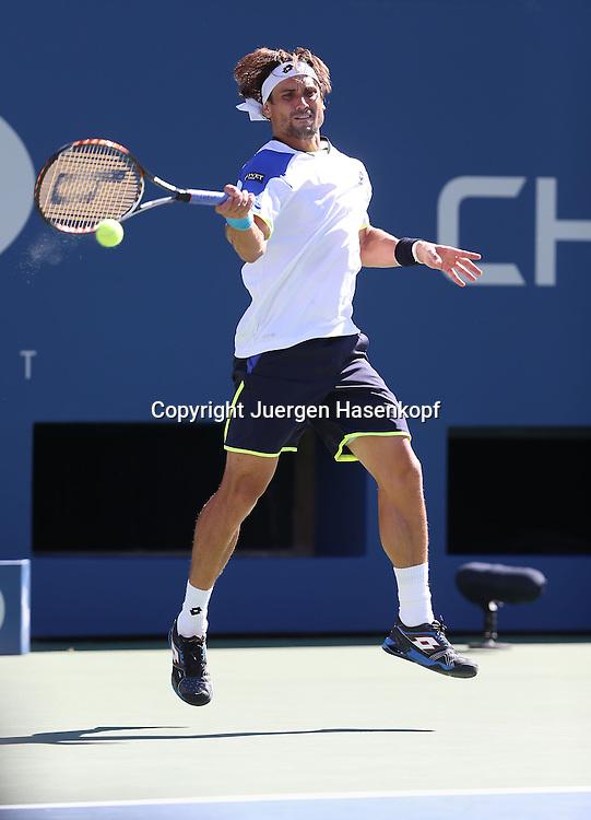 US Open 2013, USTA Billie Jean King National Tennis Center, Flushing Meadows, New York,<br /> ITF Grand Slam Tennis Tournament .<br /> David Ferrer (ESP),Aktion,Einzelbild,<br /> Ganzkoerper,Hochformat