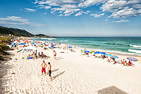 Praia Mole, uma das praias mais movimentadas da Ilha de Santa Catarina durante o verão. Florianópolis, Santa Catarina, Brasil. / <br /> Mole Beach, one of the most crowded beaches of Island of Santa Catarina during summer season. Florianopolis, Santa Catarina, Brazil.
