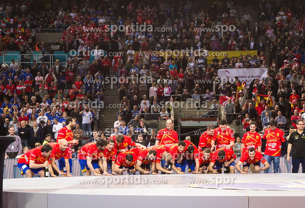 27.01.2013, Palau Sant Jordi, Barcelona, ESP, IHF, Handball Weltmeisterschaft der Herren, Finale, Spanien vs Daenemark, im Bild das Team von Spanien//The team of Spain react after the Final match of the IHF Handball World Championship between Spain and Denmark at the Palau Sant Jordi, Barcelona, Spain on 2013/01/27. EXPA Pictures © 2013, PhotoCredit: EXPA/ Sebastian Pucher