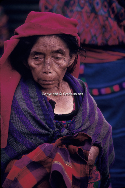 Guatemala. OLD WOMEN IN SANTA MARIA DE JESUS VILLAGE   /   Une femme du village de Santa Maria de Jésus chaque village a son costume   /  R00009/56      /  R00009  /  P0004155
