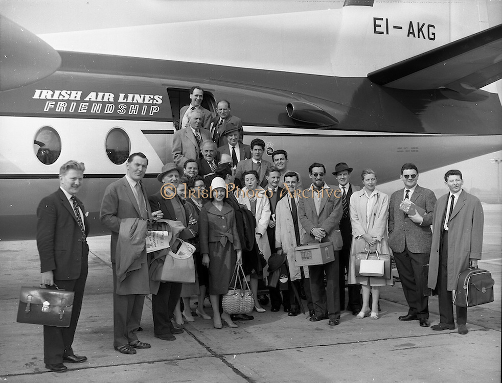 """17/05/1959<br /> 05/17/1959<br /> 17 May 1959<br /> Cast of the play  """"San Siobhan"""" a translation of Bernard Shaw's """"St. Joan"""" with Siobhan McKenna; Michael MacLiamoir and Hilton Edwards boarding a plane for Paris at Dublin Airport."""