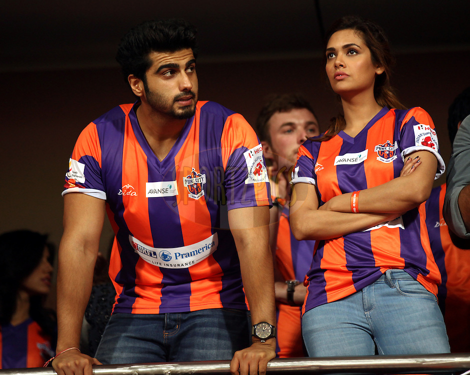 Actor Arjun Kapoor and Actor Easha Gupta during match 20 of the Hero Indian Super League between FC Pune City and NorthEast United FC held at the Shree Shiv Chhatrapati Sports Complex Stadium, Pune, India on the 3rd November 2014.<br /> <br /> Photo by:  Sandeep Shetty/ ISL/ SPORTZPICS