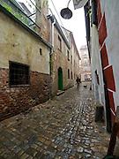Cesky Krumlov, Krumau/Tschechische Republik, Tschechien, CZE, 25.07.2008: Straßenszene in der Altstadt von Cesky Krumlov (Böhmisch Krumau/ Krumau). Die Hochschätzung dieses Ortes durch inländische und ausländische Experten führte allmählich zur Aufnahme in die höchste Stufe des Denkmalschutzes. Im Jahre 1963 wurde die Stadt zum Stadtdenkmalschutzgebiet erklärt, im Jahre 1989 wurde das Schloßareal zum nationalen Kulturdenkmal erklärt und im Jahre 1992 wurde der ganze historische Komplex ins Verzeichnis der Denkmäler des Kultur- und Naturwelterbes der UNESCO aufgenommen.<br /> <br /> Cesky Krumlov/Czech Republic, CZE, 25.07.2008: Streetscene in the oldtown of Cesky Krumlov, with its architectural standard, cultural tradition, and expanse, ranks among the most important historic sights in the central European region. Building development from the 14th to 19th centuries is well-preserved in the original groundplan layout, material structure, interior installation and architectural detail. Situated on the banks of the Vltava river, the town was built around a 13th-century castle with Gothic, Renaissance and Baroque elements. It is an outstanding example of a small central European medieval town whose architectural heritage has remained intact thanks to its peaceful evolution over more than five centuries.