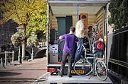 Nederland, Nijmegen, 29-9-2018In de binnenstad van Leiden, het Rapenburg, staat een kleine vrachtwagen die wordt volgeladen met huisraad van een kamerbewoner die gaat verhuizen.Foto: Flip Franssen