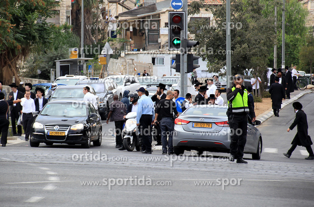09.10.2015, Jerusalem, ISR, Gewalt zwischen Pal&auml;stinensern und Israelis, im Bild J&uuml;dische Siedler vor Israelischen Sicherheitskr&auml;fte // Israeli police stands in front of Jewish settlers at the scene of stabbing of a Jewish teenager in Shmuel Hanavi street in Jerusalem on October 9, 2015. At least four attacks, three by Palestinians and one by an Israeli, as well as deadly clashes along the Gaza border threatened to escalate tensions throughout the country on Friday as Israel struggled to control spiraling violence, Israel on 2015/10/09. EXPA Pictures &copy; 2015, PhotoCredit: EXPA/ APAimages/ Mahfouz Abu Turk<br /> <br /> *****ATTENTION - for AUT, GER, SUI, ITA, POL, CRO, SRB only*****