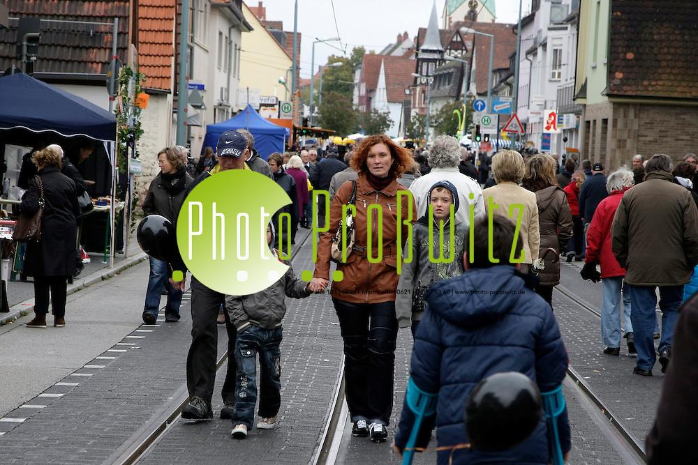 Mannheim. Feudenheim. Kerwe. <br /> <br /> Bild: Markus Proflwitz / masterpress /   *** Local Caption *** masterpress Mannheim - Pressefotoagentur<br /> Markus Proflwitz<br /> Hauptstrafle 131<br /> 68259 MANNHEIM<br /> +49 621 33 93 93 60<br /> info@masterpress.org<br /> Dresdner Bank<br /> BLZ 67080050 / KTO 0650687000<br /> DE221362249
